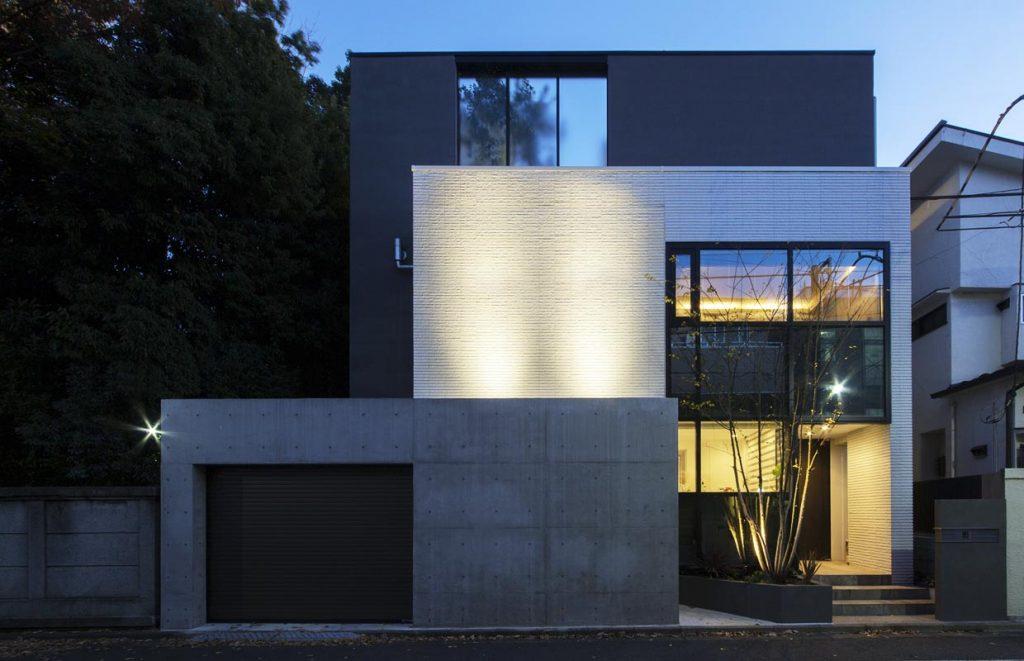 ご自宅の外壁を白いタイルをアクセントに空間のコントラスト
